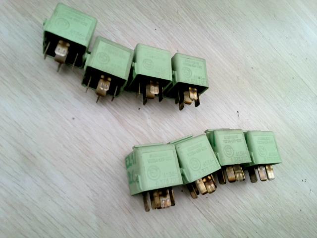 E39 95-03 Bontott Relé zöld szinű Alkatrész